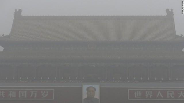 Thiên An Môn mờ ảo giữa làn sương mờ dày đặc vì ô nhiễm.