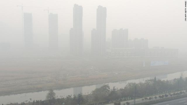 Thành phố Liên Vân, tỉnh Giang Tô không kém phần mờ mịt vì ô nhiễm.