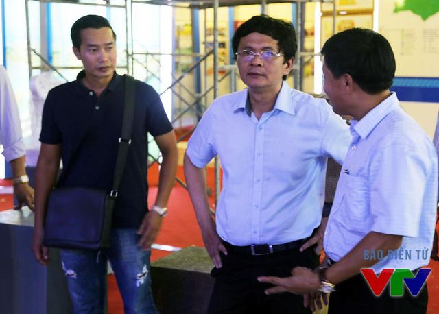 Tổng Giám đốc Đài THVN Trần Bình Minh tới kiểm tra gian hàng của VTV tại Triển lãm Thành tựu KT-XH 2015