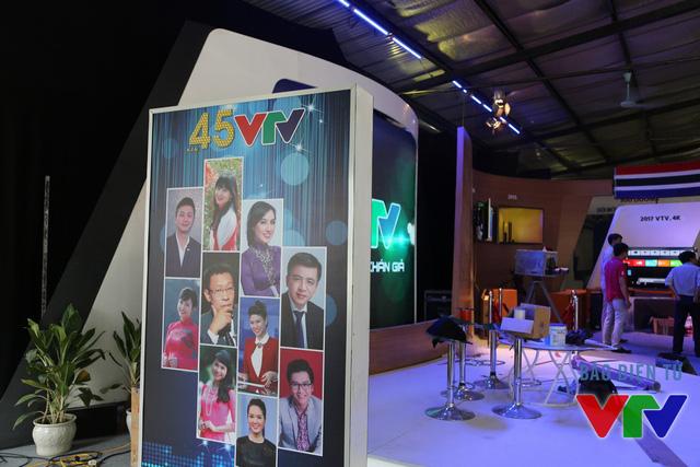 Pa-nô kỷ niệm 45 năm VTV với hình ảnh của các gương mặt PV, BTV quen thuộc trên sóng truyền hình như nhà báo Lại Văn Sâm, BTV Quang Minh,...