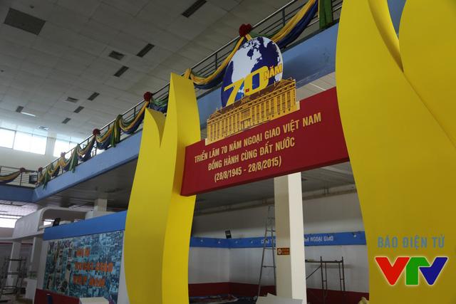 Gian hàng kỷ niệm 70 năm ngành Ngoại giao Việt Nam cũng đang được hoàn tất