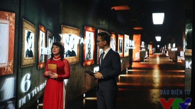 Giáo sư Kiều Linh (trái) và MC Hạnh Phúc trên sân khấu của Gala Ngày trở về tại Đài THVN