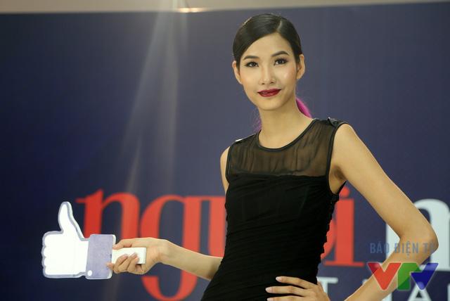 Quán quân Vietnams Next Top 2011 luôn thân thiện và nở nụ cười trên môi. Điều này phần nào giúp giảm bớt đi áp lực đang đè nặng trên vai các thí sinh.