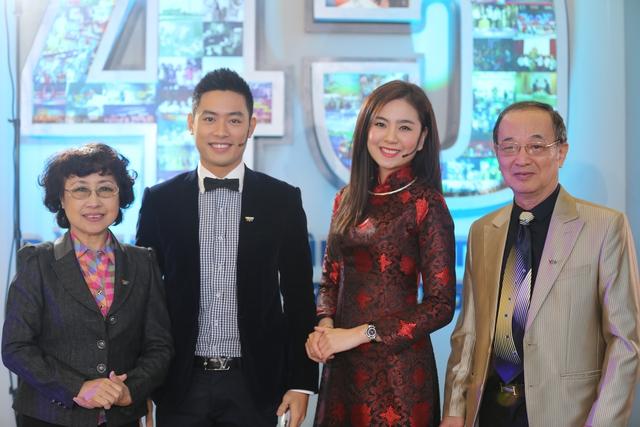 NSƯT Kim Tuyến, NSƯT Thanh Hùng chụp ảnh cùng 2 BTV trẻ của chương trình Dự báo thời tiết: Thanh tùng và Mai Ngọc