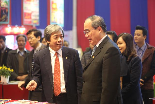 ông Nguyễn Thiện Nhân - Ủy viên Bộ Chính trị, Chủ tịch Ủy ban Trung ương MTTQ Việt Nam thăm quan các gian hàng trưng bày báo Tết