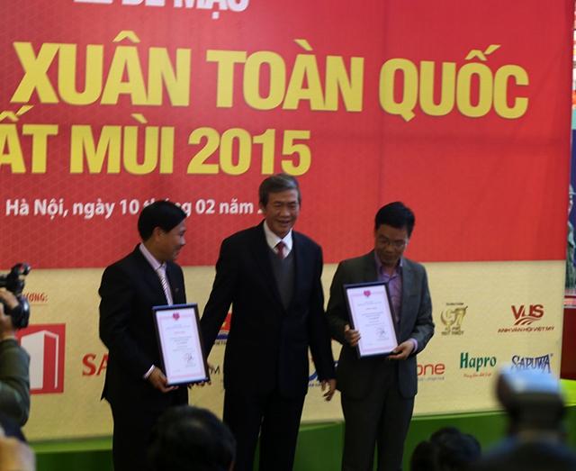 Phó Tổng Giám đốc Đài THVN, ông Nguyễn Thành Lương (trái) đại diện VTV lên nhận giải thưởng.