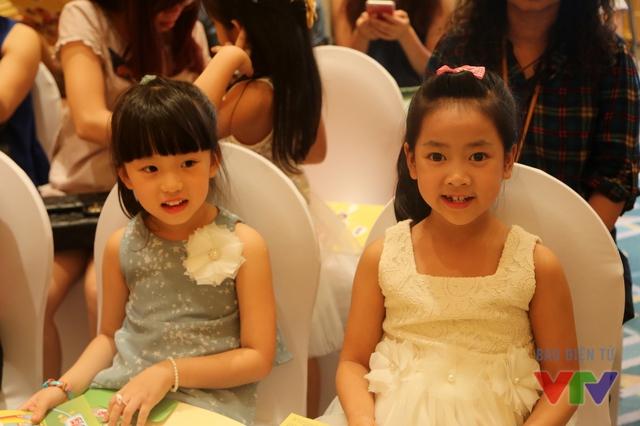 Nhiều bạn nhỏ đã vượt hàng trăm kilomet để về đến Thủ đô tham gia biểu diễn như Trần Thị Diệp Nhi (phải), 8 tuổi, học lớp 2A trường Tiểu học Đông Hiếu, Nghệ An.