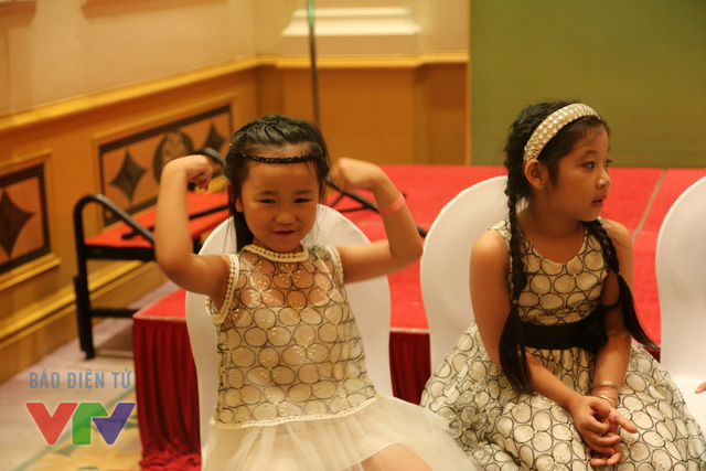 Bé Đoàn Hiểu Linh, 7 tuổi, thử sức trong vai trò một lực sĩ nhí.