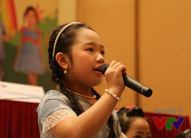 Nguyễn Hải Ngân, 7 tuổi, đến từ TP Cần Thơ có năng khiếu ca hát và chơi đạt. Cô bé cũng bỏ túi hàng loạt giải thưởng ca hát như Liên hoan Búp Sen Hồng năm 2014, giải A đơn ca cuộc thi Hoa Phượng Đỏ năm 2013 và 2014. Vì tham gia nhiều hoạt động văn nghệ từ nhỏ nên Hải Ngân rất tự tin trên sân khấu.