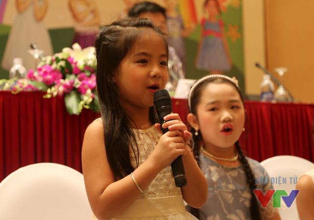 Nguyễn Ngọc Khánh Ly hiện đang là học sinh lớp 1 của trường tiểu học Mê Linh, Hà Nôi. Cô bé có ước mơ trở thành cô giáo này không giấu nổi sự hồi hộp khi được đứng trên sân khấu Đồ Rê Mí 2015.