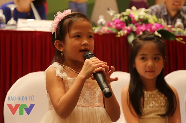Nguyễn Hoàng Kiều Trang, 6 tuổi là một cô bé nhanh nhẹn, vui tính đến từ thành phố Điện Biên. Điểm khiến Trang nổi bật so với các thí sinh khác chính là khả năng hát chầu văn. Ngoài ra, cô bé còn biest diễn kịch và múa. Trang từng đạt giải B tiết mục đơn ca trong cuộc thi Tiếng hát trẻ thơ tại thành phố Điện Biên.