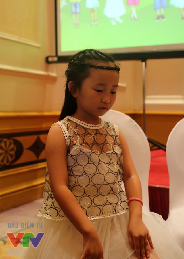 Có phần nhút nhát hơn so với các thí sinh còn lại là bé Đoàn Hiểu Linh, 7 tuổi, hiện đang học tại trường tiểu học Thăng Long, Hà Nội. Bé có năng khiếu nhảy và muốn thử sức mình trên sân khấu âm nhạc nhí.