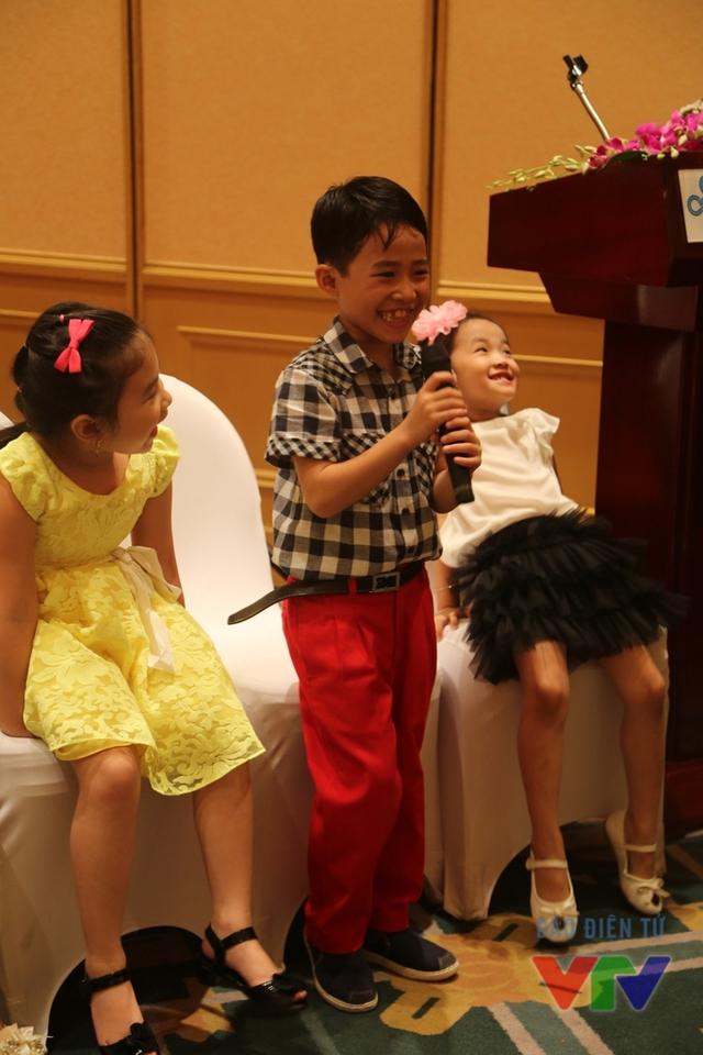 Huỳnh Đức Thanh, 8 tuổi, sở hữu ngoại hình điển trai cùng nụ cười tươi hết cỡ. Cậu bé đến từ thành phố biển Đà Nẵng đã từng đoạt giải A cuộc thi Nhịp điệu tuổi thơ và được xem là một trong số những gương mặt nổi bật của Đồ Rê Mí 2015.