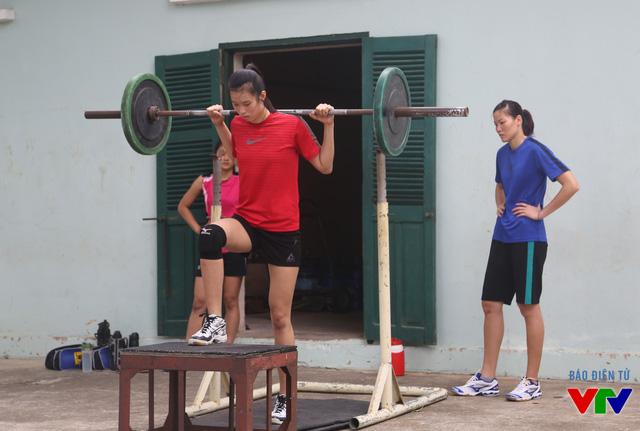 Ngọc Hoa (áo xanh) thường động viên, dìu dắt lứa trẻ của ĐT bóng chuyền nữ Việt Nam trong các buổi tập.