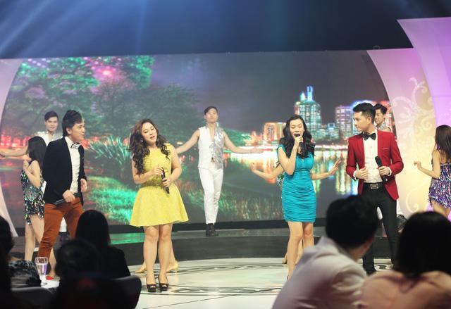 Bốn nghệ sĩ khách mời của Gala - Minh Vương, Bảo Trâm, Cẩm Tú, Khắc Hiếu - khuấy động đêm Gala với tiết mục mở màn Cuộc sống muôn màu.