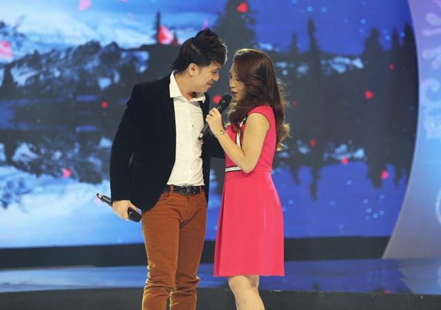 Hai người thể hiện ca khúc tình yêu một cách giàu cảm xúc.