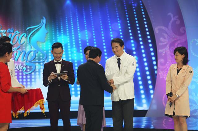 Ông Đỗ Quốc Khánh - Trưởng Ban Khoa giáo, Đài Truyền hình Việt Nam trao tặng phần thưởng ghi nhận những đóng góp của các bác sĩ Hàn Quốc trong chương trình.