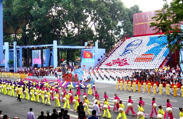 Khối Phụ nữ Việt Nam tham gia diễu binh kỷ niệm 40 năm Ngày Giải phóng miền Nam, thống nhất đất nước.
