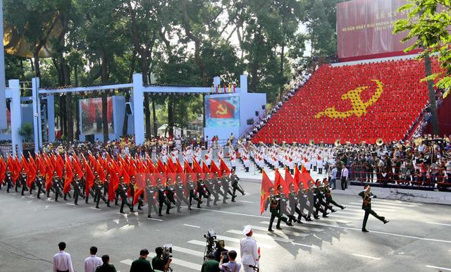 Khối quân kỳ 5 cánh quân - cách đây 40 năm, 5 cánh quân đã đồng loạt tiến vào giải phóng Sài Gòn-Gia Định. (Ảnh: TTXVN)