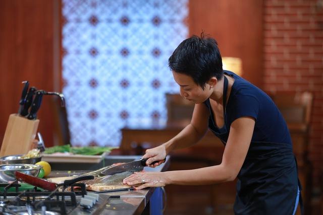 Phạm Tuyết chế biến món ăn Singapore từ cá đuối.
