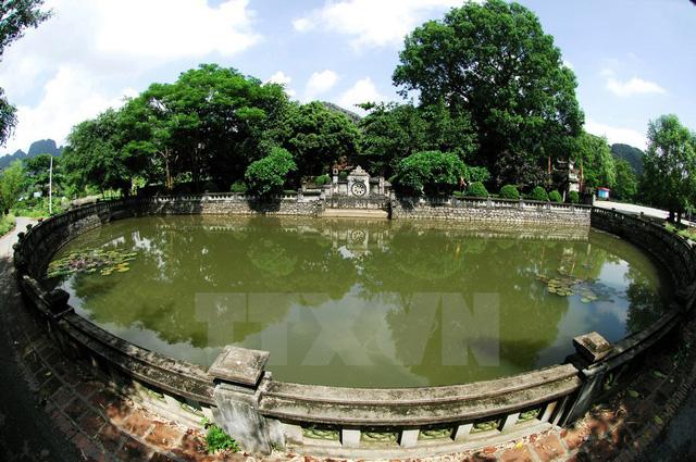 Hồ bán nguyệt tại đền thờ vua Đinh khu danh thắng Tràng An. (Ảnh: Minh Đức/TTXVN)