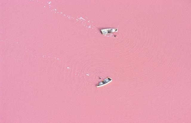 Hồ Setba nằm ở thủ đô Dakar của Senegal với màu hồng kỳ lạ của nước.