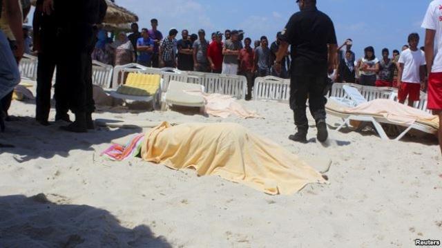 Thi thể của một du khách thiệt mạng trong vụ tấn công ở Tunisia. (Ảnh: Reuters)