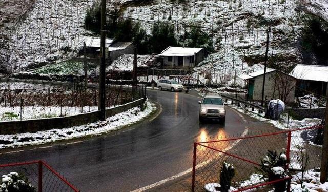 Tuyết phủ khiến quang cảnh đẹp hơn nhưng đồng thời cũng gây cản trở giao thông, nhiều xe bị tắc nghẹn và đi lại khó khăn hơn (ảnh: Dân Trí)