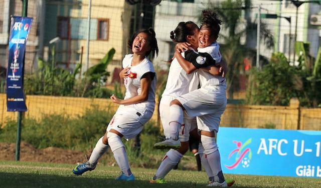 Niềm vui vỡ oà với các cô gái U14 Việt Nam.