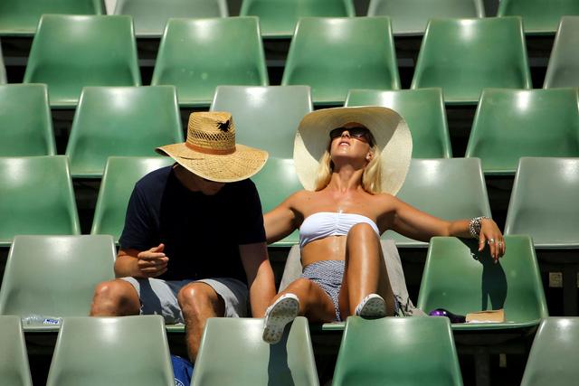 Thời tiết khắc nghiệt với cái nóng lên tới 40 độ C vào giữa trưa có lẽ đã trở thành đặc sản của Úc Mở rộng.