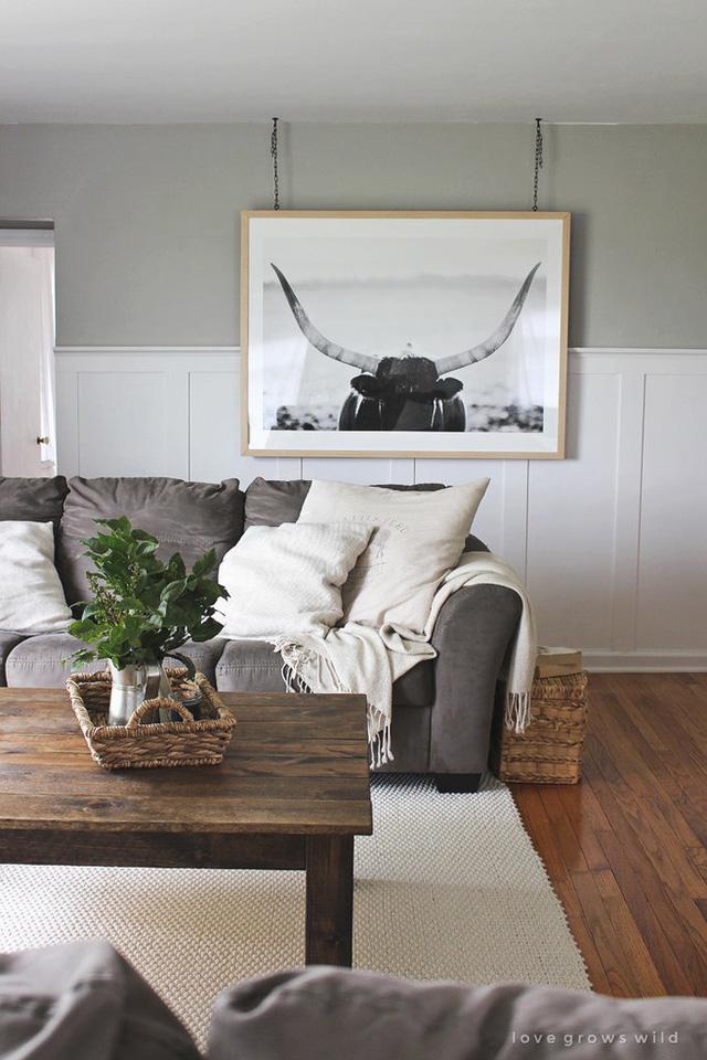 Bạn hãy để ý đến cách gia chủ treo bức tranh trên tường.