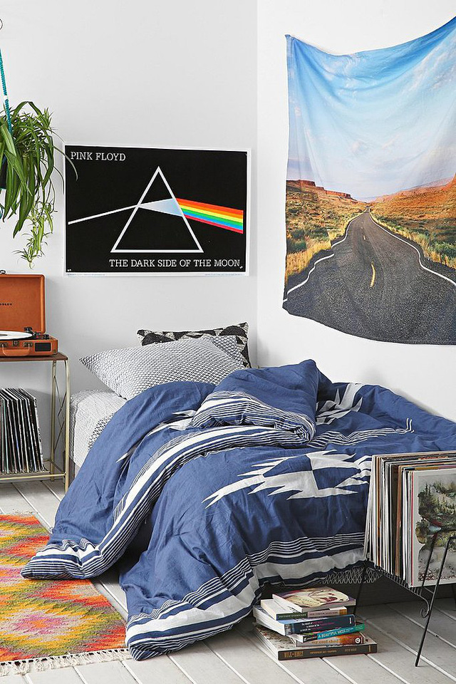Những bức ảnh không có khung: Khi bạn còn là sinh viên, hẳn nhiên những poster treo tường sẽ làm tăng thêm sự trẻ trung, sinh động cho căn phòng. Tuy nhiên, nếu đã đi làm, hãy chọn cho căn phòng ngủ của mình những bức ảnh nghệ thuật hơn và tất nhiên là được lồng vào khung kính.