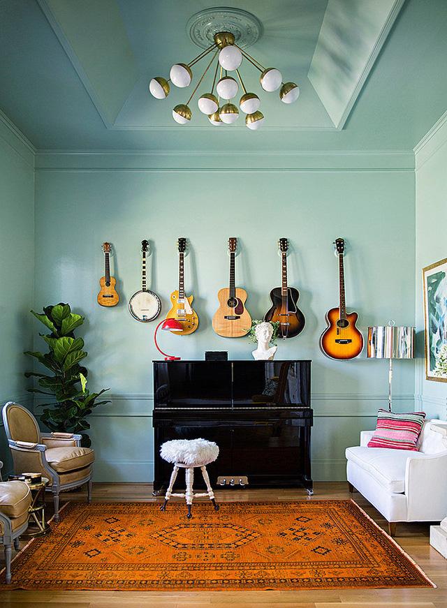 Một cách trang trí độc đáo cho bức tường đơn điệu một màu với những chiếc ghita.