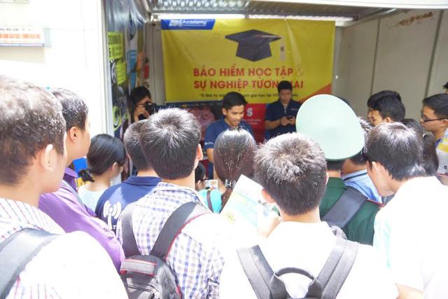 Rất đông sinh viên các trường ĐH như Bách khoa, Bưu chính viễn thông... đến tham dự triển lãm.