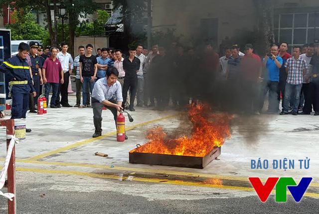Cán bộ Đài Truyền hình Việt Nam học các kỹ năng cơ bản trong công tác phòng cháy chữa cháy (ảnh: Long Trần)