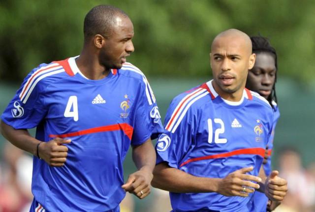 Cựu tiền vệ Patrick Vieira làm HLV và cựu tiền đạo Thierry Henry đóng vai trò trợ lý tại Arsenal