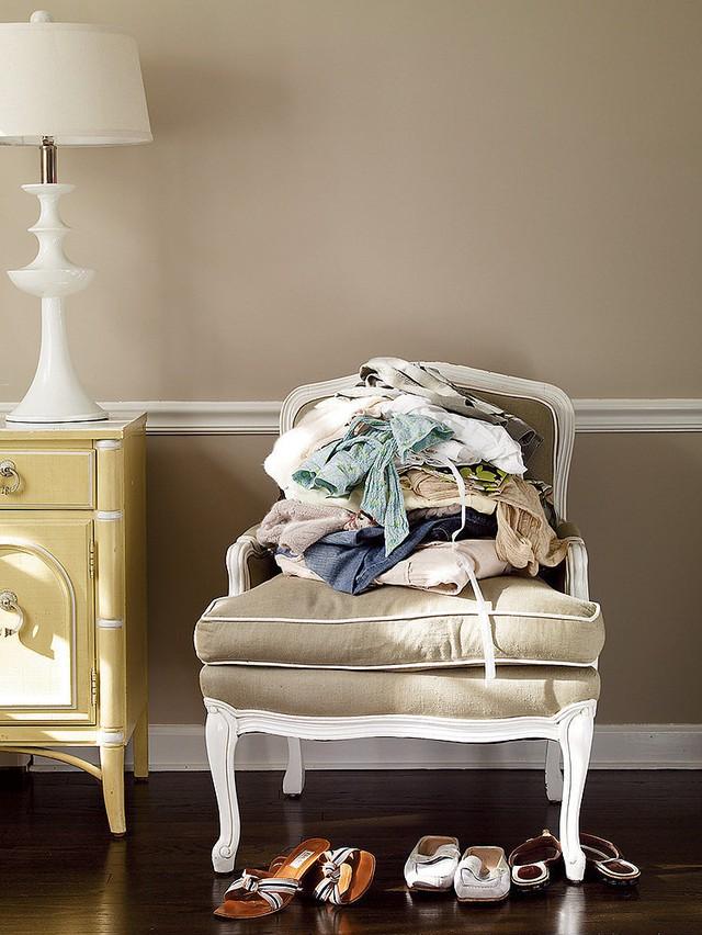 Quần áo bẩn vứt khắp nơi: Nếu vô tình có vị khách nào ghé thăm căn phòng của bạn, thì hẳn nhiên họ sẽ thấy ái ngại bởi đống quần áo bẩn vương vãi khắp nơi. Hãy mua một chiếc giỏ đựng quần áo bẩn và để nơi kín đáo.