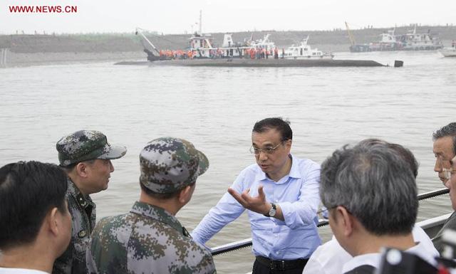Thủ tướng Lý Khắc Cường chỉ đạo công tác cứu hộ (ảnh: Tân Hoa Xã)