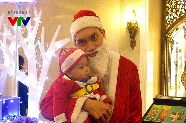 Ông già Noel xuất hiện ở nhiều nơi ở những điểm vui chơi đông người ở Hà Nội.