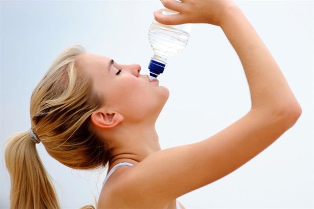 Uống nhiều nước là một trong những điều cần nhớ khi điều trị mục trứng cá. (Ảnh minh họa)