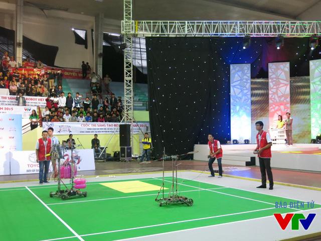Đội tuyển UTT-TNT đến từ Đại học Công nghệ Giao thông Vận tải trong trang phục màu đỏ