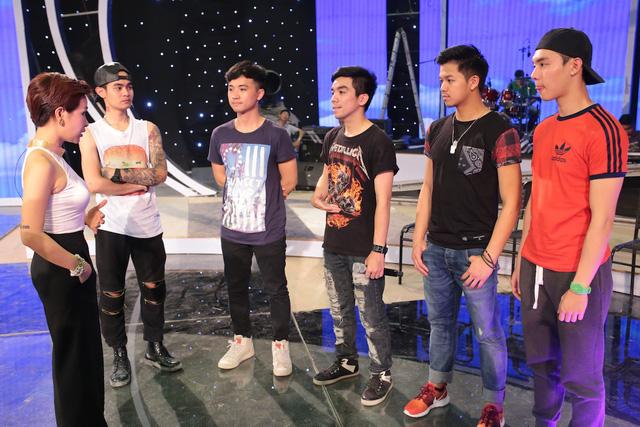 Ca sĩ Uyên Linh hướng dẫn Top 5 thí sinh nam của Vietnam Idol.