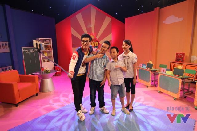 MC Ninh Quang Trường cùng các thí sinh của Siêu tính nhẩm
