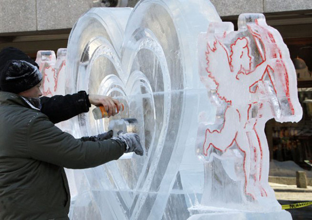 Công nhân trang trí ở một khu chợ tại Boston (Mỹ) để chào đón ngày Valentine (ảnh: AP)