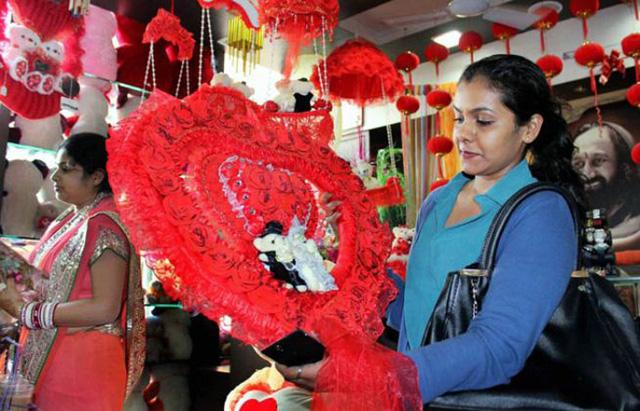 Một cô gái chọn quà tặng Valentine tại Nagpur, Maharashtra (ảnh: PTI)