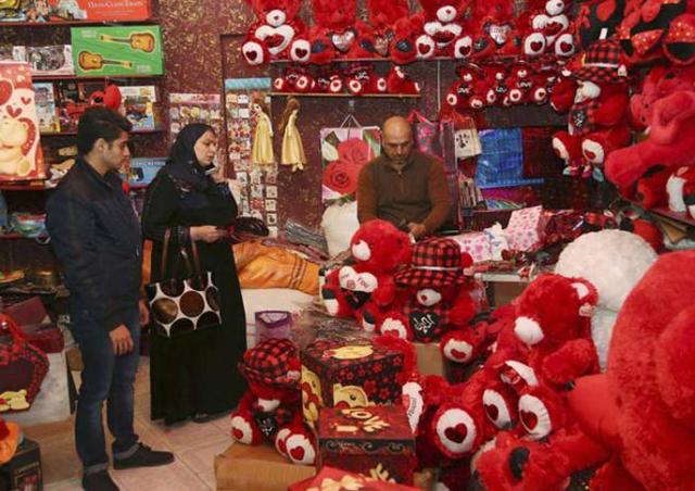 Dù sinh sống ở nơi có tình hình phức tạp và thường xảy ra bạo lực, người dân Iraq vẫn trang hoàng đón Lễ tình nhân.