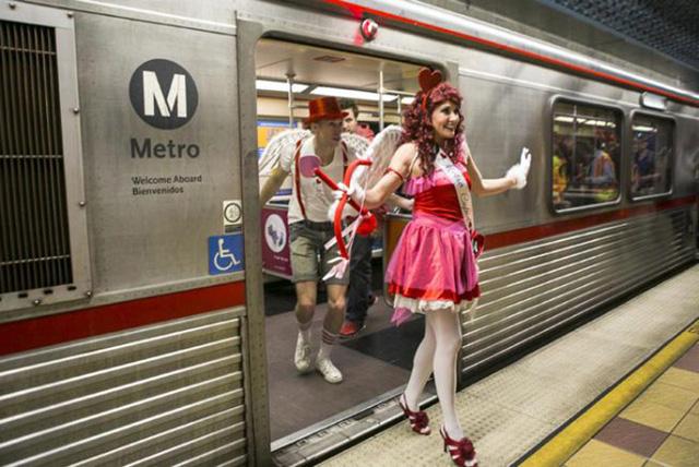 Những nghệ sĩ mặc trang phục Cupid ở ga tàu điện ngầm tại Los Angeles (Mỹ) (ảnh: AP)