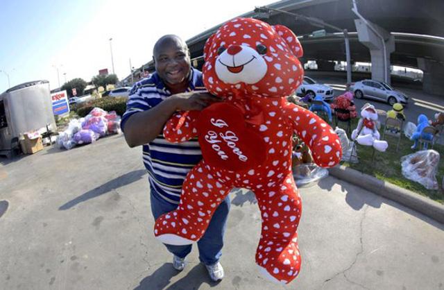 Một người đàn ông mua gấu bông to màu đỏ để tặng bạn gái ở Texas (Mỹ) (ảnh: AP)