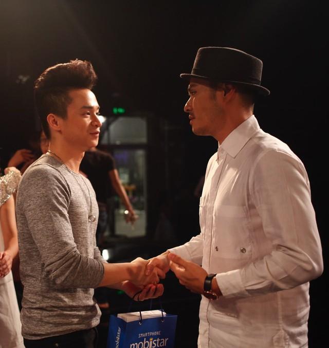 Chuyên gia Alex chiasẻ cùng Văn Đạt sau khi đêm Liveshow kết thúc