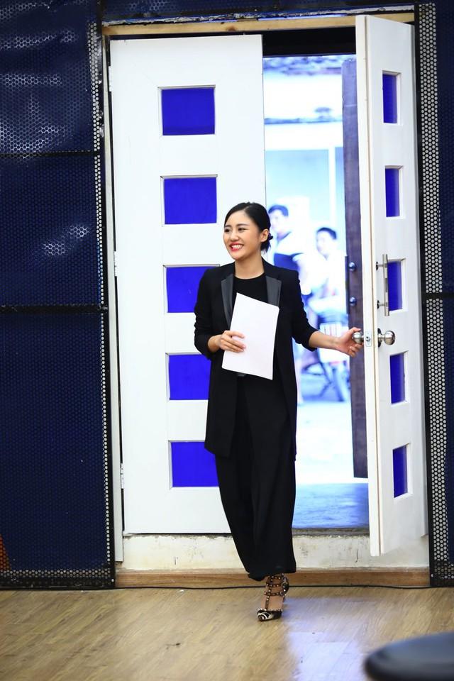 Để giúp các thí sinh chuẩn bị cho tiết mục tuần này, BTC đã nhờ tới sự hỗ trợ của ca sĩ Văn Mai Hương. Đây là lần thứ hai cô đến với chương trình Học viện ngôi sao.